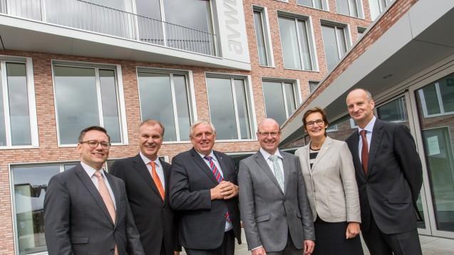 Vor dem neuen Apothekenhaus: AVWL-Geschäftsführer Schwintek, Vorsitzender Michels, Staatssekretär Laumann, Oberbürgermeister Lewe, MdB Sybille Benning und ABDA-Präsident Schmidt, v.l.. (Foto: AVWL)