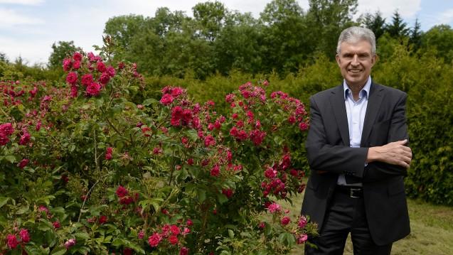 Der Geschäftsführer des Naturkosmetikherstellers Weleda, Ralph Heinrichs, im Heilkräutergarten des Unternehmens. (Foto: Daniel Maurer / dpa )