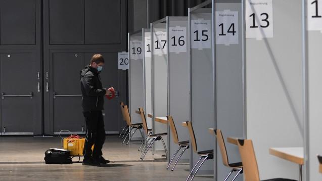 Kurz vor der Fertigstellung steht das Zentrale Impfzentrum in Freiburg – eines der acht Zentren, die das Land Baden-Württemberg plant. Gibt es auch genug Personal? (Foto: imago images / Winfried Rothermel)