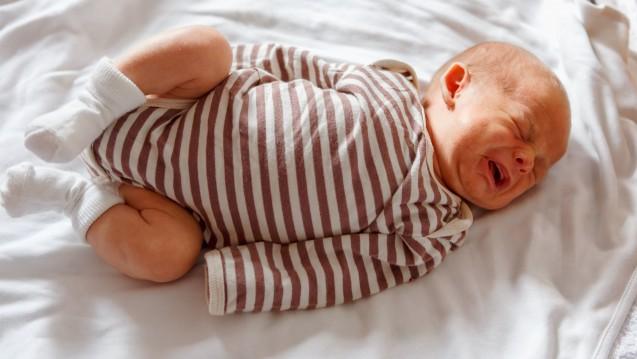Geballte Fäustchen, gerötetes Gesicht, schreiendes Baby: Hat es Schmerzen, also die berühmten Dreimonatskoliken? Zieht es die Beine so an, weil es Blähungen hat? Oder kann es sich einfach noch nicht selbst beruhigen? (Foto:Youlaangel / stock.adobe.com)