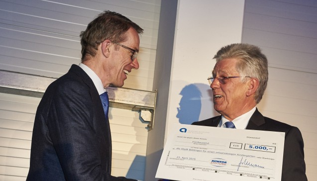 Noweda-Chef Hollmann (r.) übergibt dem Böblinger OB Wolfgang Lützner anlässlich der Eröffnung der Niederlassung eine Spende der Noweda-Stiftung für einen städtischen Kindergarten.  (Foto: Noweda)
