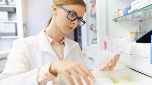 Welches Arzneimittel ist da? Auf welches lässt sich im Zweifel ausweichen? Apotheken tun einiges, um Patienten vor einem Versorgungsengpass zu schützen. (Foto: gpointstudio / stock.adobe.com)