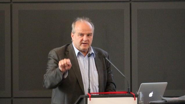 Dr. Peter Froese (hier bei einer Veranstaltung in Brandenburg) ist Vorsitzender des Apothekerverbandes Schleswig-Holstein und Digitalexperte in der ABDA. Bei einer Veranstaltung seines Verbandes erklärte er, wie sich die Arbeitsabläufe in der Apotheke durch das E-Rezept ändern könnten. (Foto: AV Brandenburg)