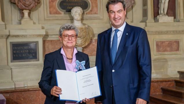 Ulrike Holzgrabe und Markus Söder bei der Verleihung des Verdienstordens am 22. Juli 2019. (Foto: Bayersiche Staatskanzlei)