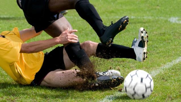Beim Fußball kann es auch mal wehtun. Oft kommen vorbeugend rezeptfreie Schmerzmittel aus der Apotheke zum Einsatz. (Fotoa: synto / Fotolia)