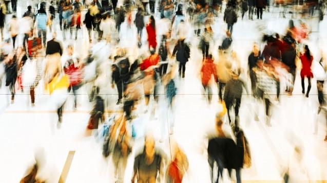 Herzrasen, Atemnot und Schwindel: Typische Symptome einer Panikattacke. Menschenmengen können der Auslöser sein. (Foto: estherpoon / Fotolia)