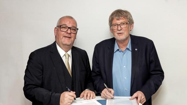 Brandenburgs Apothekerkammer-Präsident Jens Dobbert (li.) und Ärztekammer-Präsident Frank-Ullrich Schulz unterzeichnen eine Resolution gegen impfende Apotheker. (s / Foto: LAK)
