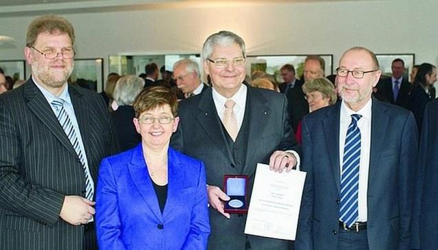 Kai-Peter Siemsen, Staatsrätin Elke Badde, Rainer Töbing (mit Ernst-Dietrich-Ahlgrimm-Medaille) und der ehemalige ABDA-Präsident Heinz-Günter Wolf. (Foto: DAZ/tmb)
