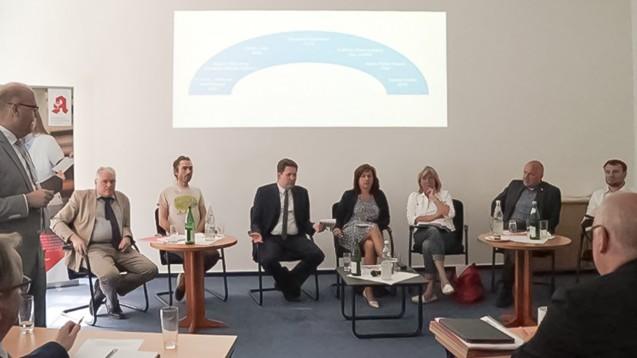 Moderator Prof. Andreas Kaapke (ganz links) diskutierte mit den Brandenburger Politikern Dietmar Buchberger (AfD), Martin Wandrey (Grüne), Peter Vida (Freie Wähler), Barbara Richstein (CDU), Kathrin Dannenberg (Linke), Hans-Peter Goetz (FDP) und Daniel Keller (SPD) (v.l.n.r.) über ein mögliches Pharmaziestudium und den Versandhandel. (c / Foto: LAK BB)
