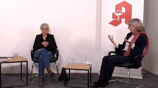 Im Gespräch: Maria Klein-Schmeink (links, Grüne) und ABDA-Präsidentin Gabriele Regina Overwiening. (Screenshot: DAZ.online)