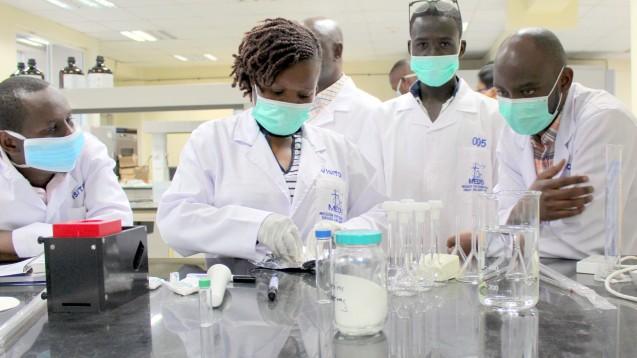 In Zusammenarbeit mit Laboren in Afrika und dem Deutschen Institut für ärztliche Mission (Difäm) haben Pharmazeuten der Uni Tübingen sehr viele Fälschungen von vermeintlichen COVID-19-Arzneimitteln gefunden. (x / Foto: Dominik Müllerschön / Difäm)