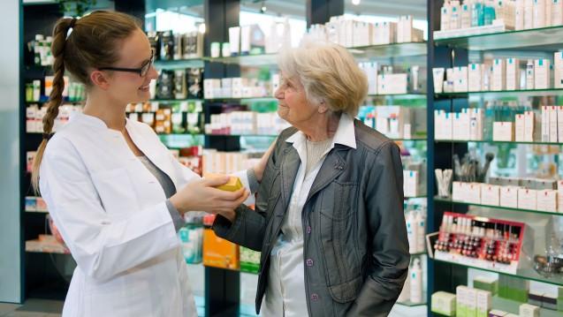 Der persönliche Kundenkontakt ist nach wie vor wichtig in der Patientenberatung zu Arzneimitteln. ( r / Foto: belahoche / stock.adobe.com)