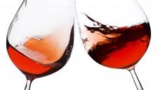 Welchen physikalischen Effekt kann man beobachten, wenn man sein Weinglas schwenkt? (Foto: Mikko Pitkänen / stock.adobe.com)