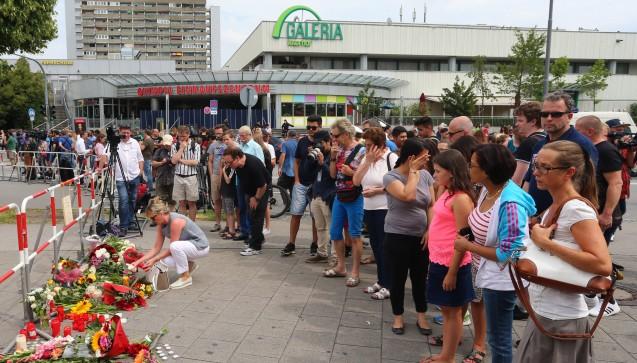 München in Trauer: Beim Olympia-Einkaufszentrum kam es am Freitag zu einem Amoklauf. Der Sohn eines Apothekenmitarbeiters wurde angeschossen und ist schwer verletzt. (Foto: picture alliance)