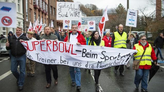 Mitarbeiter des Bayer-Konzerns protestieren gegen den geplanten Arbeitsplatzabbau. ( r / Foto:Christophe Gateau / dpa)
