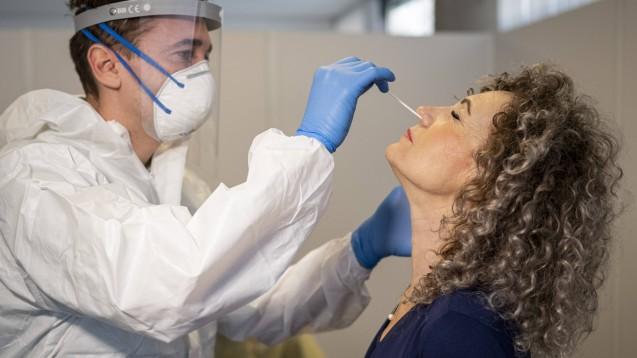 Abstrich in der Nase. Auch Apotheken dürfen nun PoC-Antigen-Tests auf SARS-CoV-2 durchführen. Geschieht dies im Auftrag des ÖDG, bekommen sie dafür ab morgen neun Euro pro Testung. (Foto: imago images / Jacob Schröter)