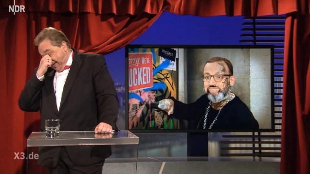 Kabarettist Oliver Kalkofe nimmt Jens Spahns Beziehungen zu Versandapotheken aufs Korn. (Screenshot: NDR - Extra 3)