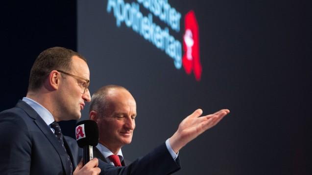 Im vergangenen Jahr empfing ABDA-Präsident Friedemann Schmidt (rechts) beim Deutschen Apothekertag in Düsseldorf Bundesgesundheitsminister Jens Spahn (CDU). Ein solches Zusammentreffen wird in diesem Jahr ausfallen. (r / Foto: imago images / Oryk HAIST)
