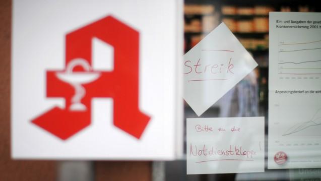 Versorgung nur noch über die Notdienstklappe? Geht es nach zwei Apothekern aus Rheinland-Pfalz, starten die Apotheker bei einem unschönen Ausgang des Versandhandelskonfliktes einen Streik (hier ein Bild aus 2012). (Foto: dpa)