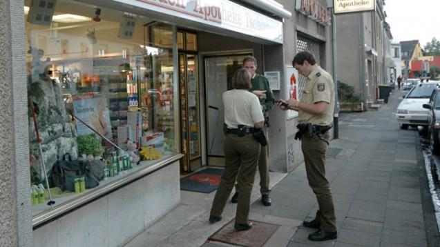 Nach dem Überfall auf eine Apotheke: Polizeibeamte protokollieren den Tathergang. (Foto: Frank Fuchs/dpa)