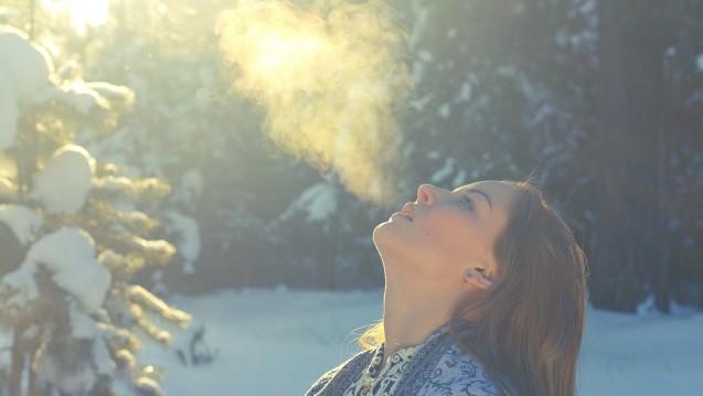 Es ist kalt – so kalt, dass man den Atem sehen kann. Doch muss es dafür kalt sein? Nein, Dampfwolken können auch im Sommer aufsteigen. (Foto: Anton Belovodchenko / stock.adobe.com)