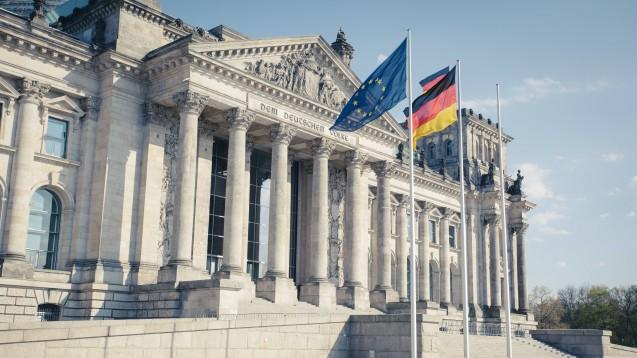 Die Sommerpause ist vorbei, der Deutsche Bundestag wird sich diese Woche erstmals mit dem Vor-Ort-Apothekenstärkungsgesetz befassen. (c / Foto: imago images / Westend61)