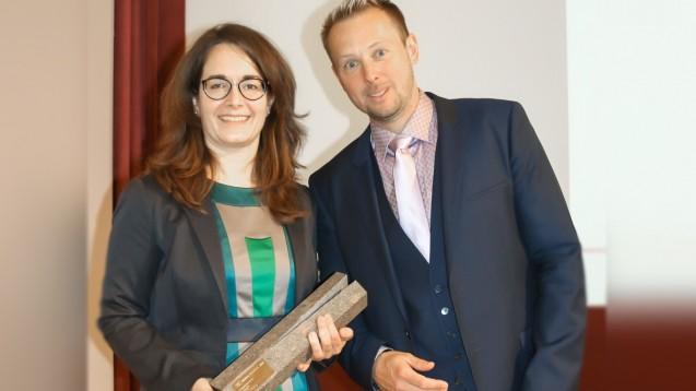 Dr. Katja Schmidt von Novartis Pharma und PZ-Chefredakteur Sven Siebenand bei der Übergabe des PZ-Innovationspreises beim Pharmacon in Meran (Foto: ck/daz).