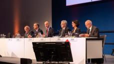 Nach dem Geschäftsbericht von ABDA-Chef Sebastian Schmitz (2. v. li.) diskutierten die Apotheker in der Hauptversammlung gemeinsam mit der ABDA-Spitze, wie man auf das 2HM-Gutachten reagieren soll. (Foto: Schelbert)