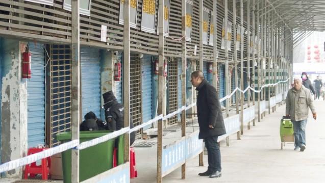 Zu Beginn des neuen Jahres wurde in der zentralchinesischen Metropole Wuhan eineHäufung von Pneumonienregistriert. Die Fälle scheinen im Zusammenhang mit einem Aufenthalt auf dem Fisch- und Geflügelmarkt in Wuhan zu stehen. (s / Foto: imago images / Kyodo News)
