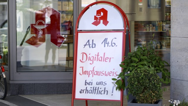 Je Zertifikat soll es künftig statt 18 Euro nur noch 6 Euro pro digitalem Impfnachweis geben. (c / Foto: IMAGO / MiS)