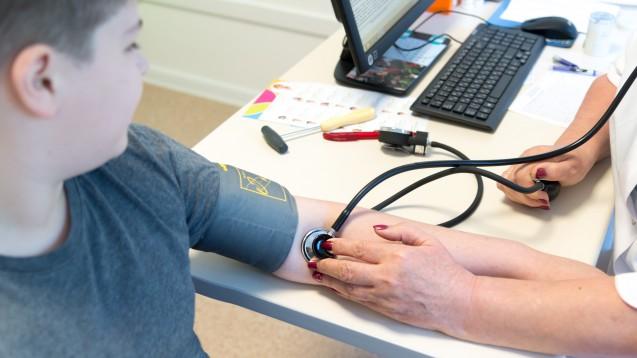 Jedes vierte Kind mit Fettleibigkeit hat zu hohe Blutdruckwerte. (s / Foto: Olgavolodina / stock.adobe.com)