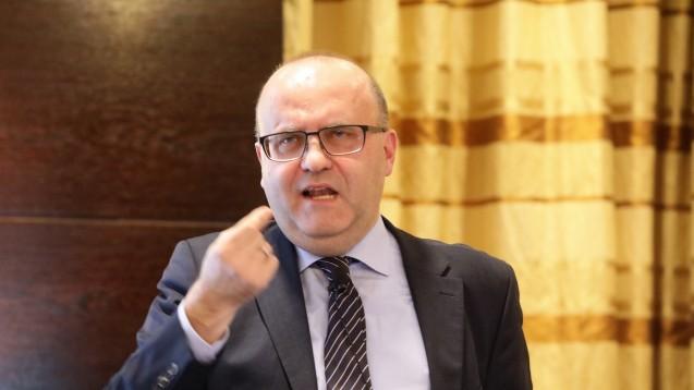 Der Apotheken-Ökonomen Professor Kaapke stellte beim OTC-Gipfel in Düsseldorf die Ergebnisse seiner Umfrage vor. (Foto: daz / diz)