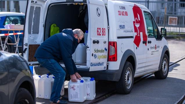 Heiß begehrte Ware in der Corona-Epidemie: Apotheker verladen auf dem Gelände des Zuckerwerks Anklam Kanister mit Ethanol für die Herstellung von Desinfektionsmitteln. (c / Foto: picture alliance / Jen Büttner)