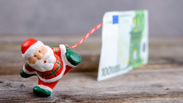 Statt eines Extra-Corona-Bonus' das Weihnachtsgeld umwandeln? Dann wäre das für die Apothekenmitarbeiter zumindest steuerfrei. (m / FotoFirma V / stock.adobe.com)