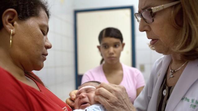 Doktor Angela Rocha (r.) misst im Oswaldo Cruz Hospital in Recife (Brasilien) den Kopfumfang des einen Monat alten Alexandro Julio. Das Kind ist an Mikrozephalie erkrankt. (Foto: Rafael Fabres/dpa)