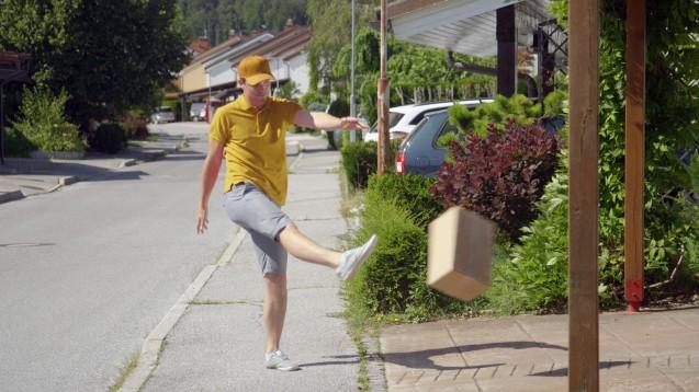 Der Paketdienstfahrer wird die Folgen einer falschen Lagerung oder eines zu langen Transports weder erkennen noch melden. (c / Foto: helivideo / stock.adobe.com)