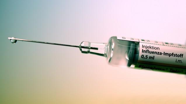 An die Spritzen, fertig, los: In der kommenden Influenzasaison könnten sich bis zu 700 Offizinen in Westfalen-Lippe an einem Modellprojekt zur Grippeimpfung in den Apotheken beteiligen. (b/Foto: IMAGO / Laci Perenyi)