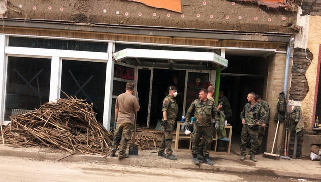 Die Hilfsbereitschaft ist groß: Sowohl freiwillige Helfer aus Bürgerinitiativen bieten sich an und auch die Bundeswehr ist mit mehreren Soldaten im Einsatz.