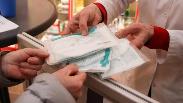 Noch bis zum 6. Januar erhalten Risikopatient:innen und Senior:innen kostenlose Schutzmasken in den Apotheken. Danach wird eine Eigenbeteiligung von 2 Euro fällig. (c / Foto: imago images / Eibner)