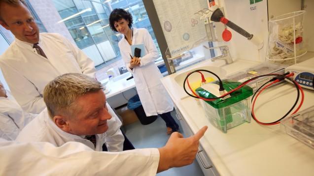 Bundesgesundheitsminister Hermann Gröhe (CDU – unten) auf Sommerreise, Station im Max-Planck-Institut für Infektionsbiologie in Berlin. (Foto: dpa)
