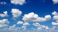 Eine Kumuluswolke, die einen Quadratkilometer groß und einen halben Kilometer hoch ist, enthält etwa 200 Tonnen Wasser. Schnee wird sie aber eher nicht im Gepäck haben. (Foto:fovito / stock.adobe.com)