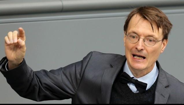 Prof. Dr. Karl Lauterbach:    Mit dem EuGH-Urteil hörten die Apotheker viel vom stellvertretenden Vorsitzenden der SPD-Fraktion im Bundestag, Karl Lauterbach. Lauterbach mischte sich wortreich in die Debatte um die Zukunft des Apothekenmarktes ein. Der SPD-Gesundheitsexperte spricht sich vehement gegen das von Minister Gröhe geplante Rx-Versandverbot aus. Vielmehr sieht er nun die Chance, dem Apothekenmarkt mehr Wettbewerb einzuhauchen. In Briefen an seine Fraktionskollegen macht er Stimmung gegen das Versandverbot und erklärt, dass es den Apothekern wirtschaftlich gut gehe, dass keine Verbesserungen nötig seien. / (Foto: dpa)