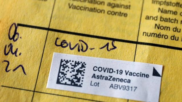 Auch die britische Arzneimittelbehörde MHRA prüft nun den Zusammenhang von Sinusvenenthrombosen und Impfungen mit dem COVID-19-Impfstoff AstraZeneca. Medienberichten zufolge könnte sie die Altersgrenze bei 30 Jahre setzen. (x / Foto: IMAGO / Jochen Eckel)