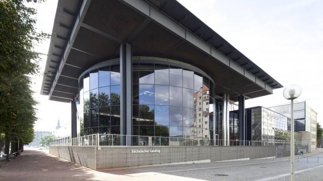 Der Sächsische Landtag in Dresden wird am 1. September dieses Jahres neu gewählt. Insbesondere die CDU und die FDP beschäftigen sich in ihren Wahlprogrammen mit dem Apothekenmarkt. (Foto: imago images / imagebroker)