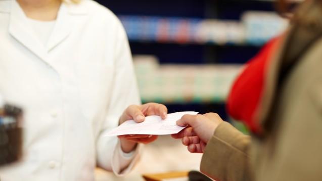Apotheken sollen ärztliche Verordnungen während der Corona-Pandemie möglichst problemlos bedienen können, sodass ein zweiter Besuch des Patienten nicht nötig ist.(t/Foto: Christian Schwier / stock.adobe.com)