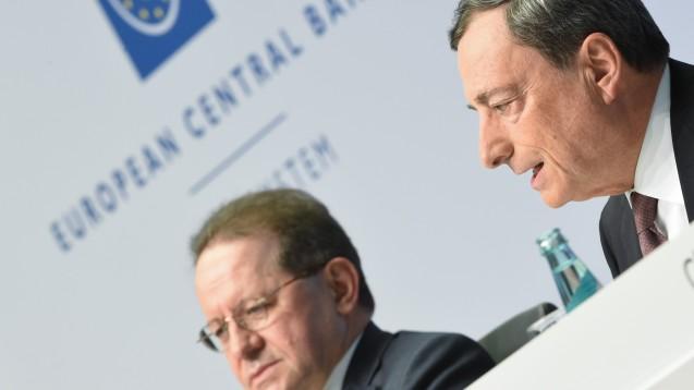 Der Leitzins in Europa bleibt auf Rekordtief: Mario Draghi (r), Präsident der Europäischen Zentralbank (EZB), auf einer Pressekonferenz neben seinem Stellvertreter Vitor Constancio. (Foto: Arne Dedert / dpa)