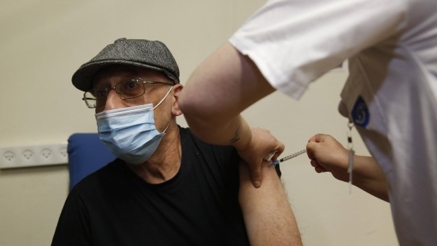 Ein israelischer Lehrer erhält am 30. Dezember 2020 im Assaf Harofeh Medical Center in Tel Aviv einen COVID-19-Impfstoff. (Foto: IMAGO / Xinhua)