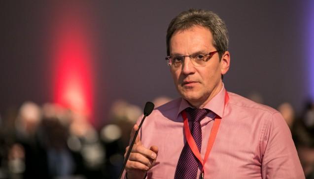 Immer wieder meldete sich Apotheker Gunnar Müller aus Detmold. Die Stimmung war aber ruhig und friedlich. Bislang fanden keine kitzigen Diskussionen statt. (Foto: Schelbert)