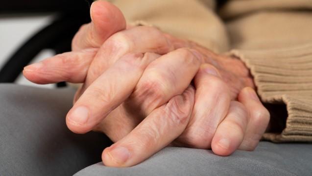 Rigor, Ruhetremor und posturale Instabilität sind die Kardinalsymptome von Parkinson. Aber auch eine Veränderung des Schriftbildes durch Verspannung der Handmuskulatur kann ein Symptom für Parkinson sein. (b/Foto: Ocskay Mark / stock.adobe.com)