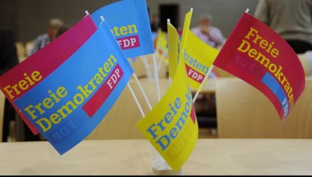 Leicht verliert man den Überblick im bunten Meinungsspektrum der FDP zum Apothekenmarkt. Sind die Liberalen nun pro EuGH-Entscheid oder doch contra? So einfach lässt sich diese Frage nicht beantworten, denn offenbar spaltet das Urteil des Europäischen Gerichtshofs die FDP in zwei Lager. Die FDP auf der Suche nach einer Meinung. DAZ.online-Redakteur Benjamin Rohrer hat die unterschiedlichen Positionen der Liberalen zusammengestellt. (Foto: dpa)